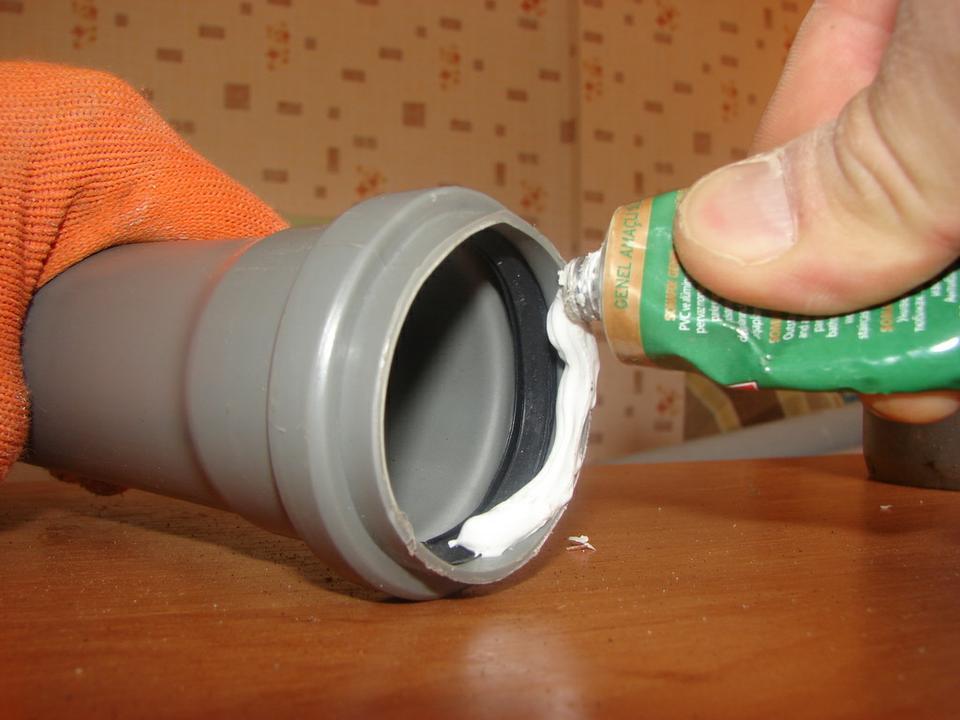 Монтаж пластиковых труб канализации
