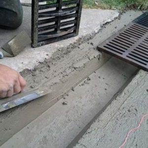 Установка бетонных лотков для ливневой канализации: особенности монтажа
