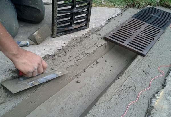Монтаж бетонных лотков ливневой канализации