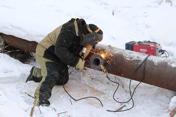Врезка в трубу водопровода сваркой