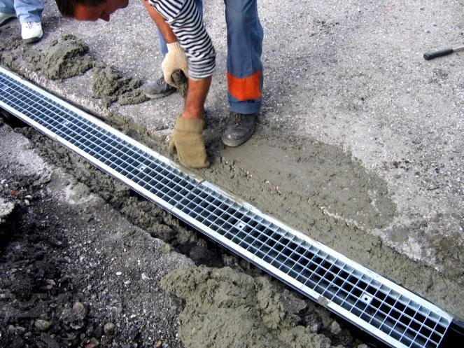 Укладка лотков ливневой канализации
