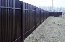 Забор из профнастила: преимущества и недостатки, процесс монтажа