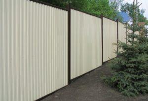 Забор из рабицы: где применяется, плюсы и минусы