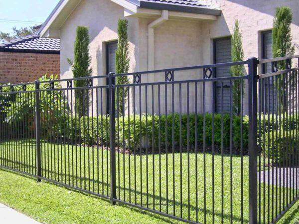 Заборы для дома: виды, варианты исполнения, особенности