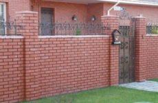 Кирпичный забор: преимущества и недостатки, особенности установки